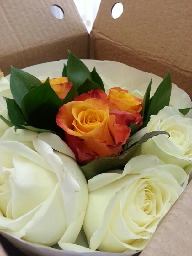 Buchet special cu trandafiri albi si portocalii / Special white and orange roses bouquet