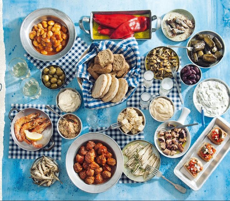 Αγαπημένο θέμα του ελληνικού τραπεζιού στο σπίτι ή στην έξοδο για φαγητό, οι μεζέδες γίνονται πάντα δεκτοί με ενθουσιασμό. Μπαίνοντας στο μαγειρικό κλίμα της προετοιμασίας τους, θα χρειαστούμε πολλές ιδέες, σωστή οργάνωση και προγραμματισμό. Σαλάτες – Αλοιφές, Πικάντικες μεταμορφώσεις υλικών 01. Μελιτζανοσαλάτα: Η βάση είναι απλή: Ψήνουμε τις μελιτζάνες στον φούρνο μέχρι να «κάτσει» …