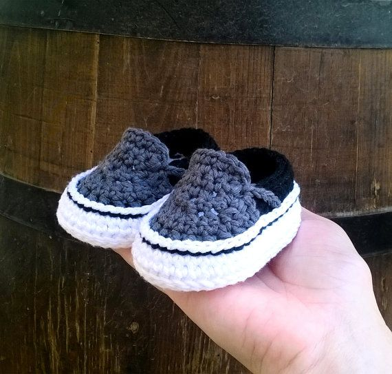 oOo___ Instant Download Pattern___oOo  This listing is for a PDF crochet pattern only and not the finished ítem.  Pattern available in ENGLISH and SPANISH . Once you have completed checkout you can download the files for both languages. This pattern is written in American terminology.   You will receive elaborated written PDF file with the instructions for crocheting this original baby sneakers which remind us the modern Vans sneakers. It is a step by step tutorial with more than 50 photos…