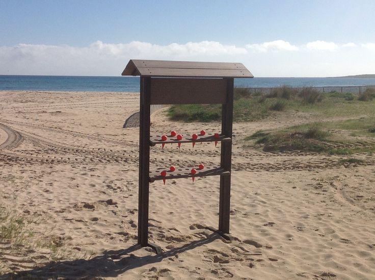 Fantástico dispensador de ceniceros para playas. Evita que la gente tire las colillas en la arena!