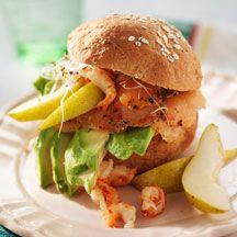 Rågbulle med avokado, lax, kräftstjärtar, päron och böngroddar. Gourmetmacka på under 10 minuter!