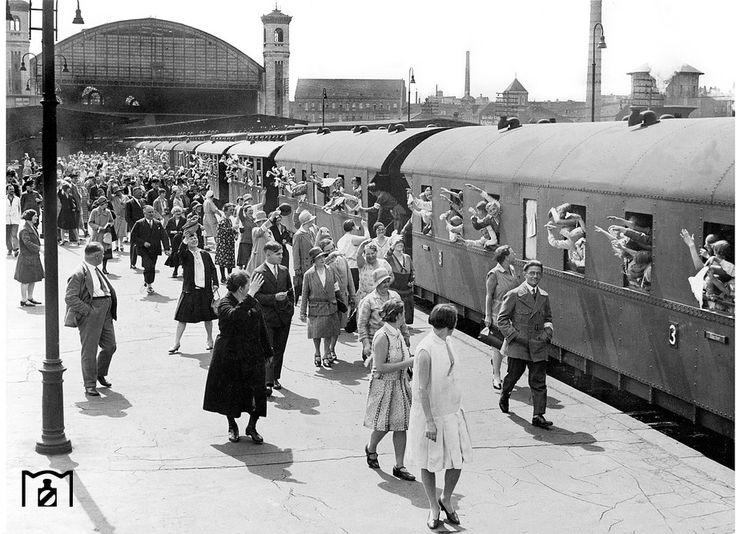 Berlin: Stettiner Bahnhof, Bahnsteig mit Urlauberzug, 1934                                                                                                                                                                                 Mehr