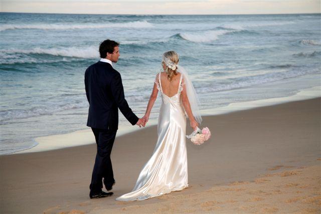Sunshine Beach wedding couple - Sunshine Beach Surf Club