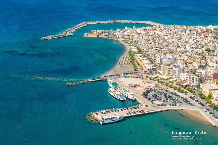 Ierapetra as seen from above (port, Venitian Forteress (Kales),   Η Ιεράπετρα από ψηλά , λιμάνι, Ενετικό φρούριο (ή Καλές).   (  CC-BY-SA 3.0)
