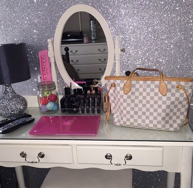Silver Glitterwallpaper Sent In By One Of Our Customers