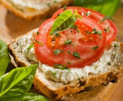 Бутерброды с творогом. Цельнозерновой хлеб, творог, нежирный йогурт, приправы, зелень, по вкусу помидоры, яйца, редис и т.д.  Смешиваем творог, йогурт, зелень и приправы, дальше на Ваше усмотрение.