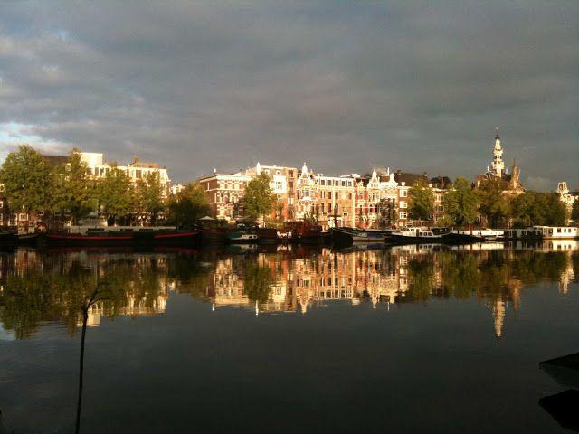 Het prachtige uitzicht dat je krijgt bij een overnachting op de Zen Boat in hartje Amsterdam!