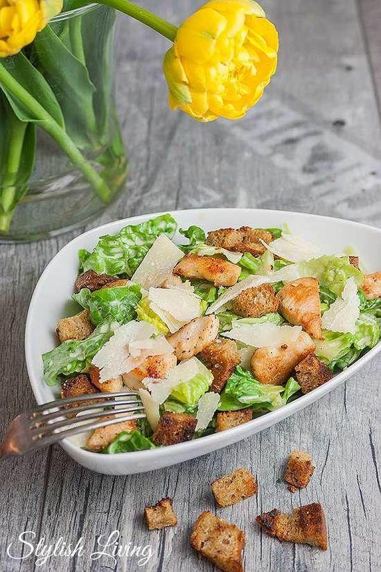 Caesar Salad mit Knoblauchcroûtons und Hühnchen
