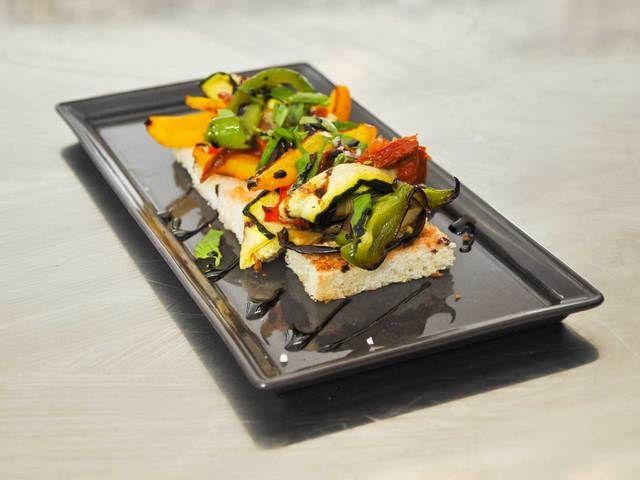 Recette Bruscheta de légumes grillés : Lavez et taillez vos légumes en lamelles, assaisonnez-les en sel, poivre et huile d'olive. Faites-les griller dans u...