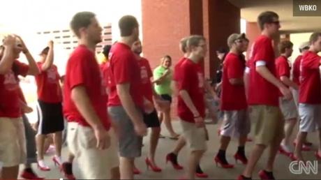 INEDIT- un grup de băieţi a mers 1,6 km în pantofi roşii cu tocuri înalte pentru un scop nobil VIDEO  http://www.realitatea.net/inedit-un-grup-de-baieti-a-mers-1-6-km-in-pantofi-rosii-cu-tocuri-inalte-pentru-un-scop-nobil_925965.html#ixzz1pxALPrUV