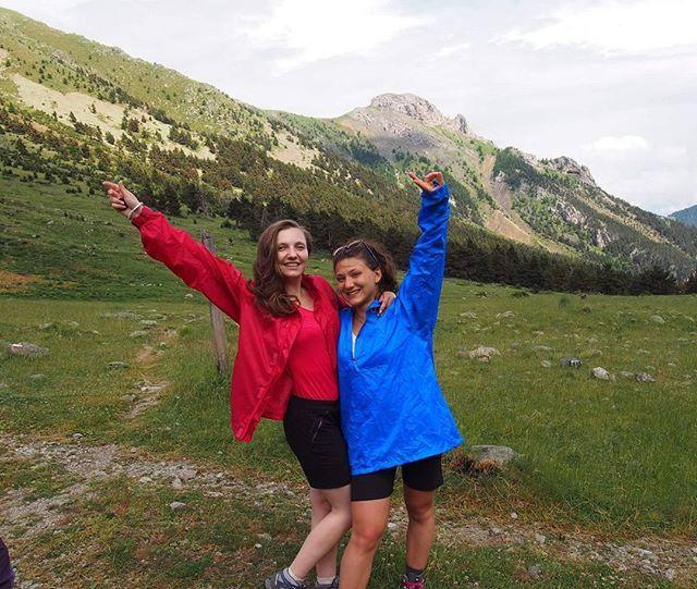 Le premier jour de notre trek nous nous sommes prit un ... Orage ! Et oui ;) de la pluie, du tonnerre et donc les kways et les sur-sacs étaient de rigueur !  Nous nous sommes abrités dans la forêt en attendant que le nuage passe puis nous sommes reparties de plus belle en direction des lacs ! #alpes #alps #alpesdusud #mercantour #gr #gr52 #parcdumercantour #trek #friend #amie #orage #kway #pluie #mountain #montagne #nature #landscape #paysage #colors #hiking #randonnée #sport #aventure