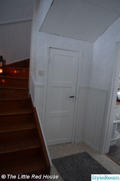 liten dörr,trappa,halvpanel