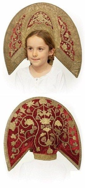 Kokoshnik from central provinces, Russia, late 18th century. The red velvet ground embroidered with gilt thread; gilt metallic braid, gold foil, green and red metal thread embellishments,forming a lotus and vine motif. #Russian #folk #costume