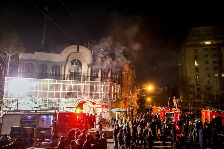 Varios manifestantes irrumpieron en la embajada saudita en Teherán y prendieron fuego a variaspartes del edificio, en reacción a la ejecución de un clérigo chiíta superior conocido por su activismo contra el gobierno sunita en Arabia Saudita.