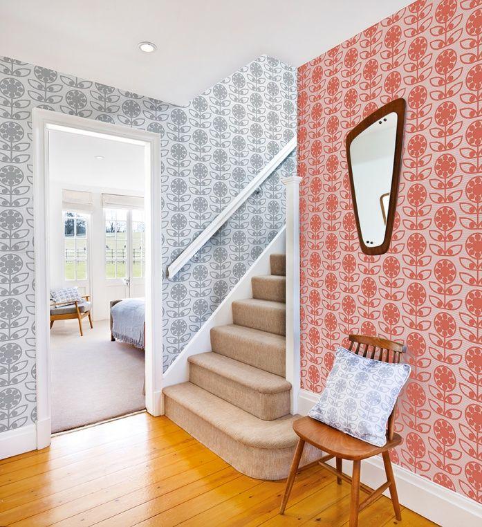 Klädd trappa med heltäckningsmatta och retrotapeter på väggarna från kollektionen Layla Faye