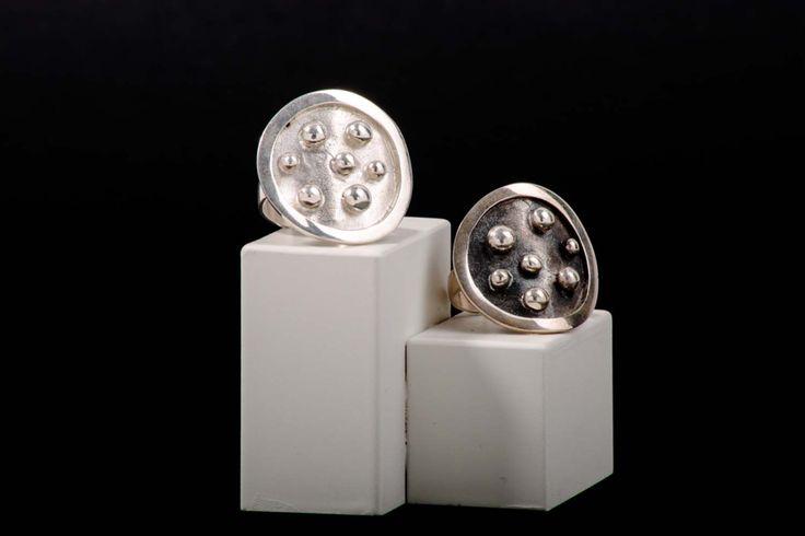 Anillo adaptable plata y plata quemada con círculos en relieve. Disponible en nuestra tienda online www.almabrava.cl