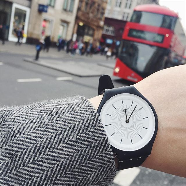 Pozdrawiamy z Londynu!Dziś czas odmierza nam nowy @swatch Skin #london #greatbritain #londyn #anglia #watch #swatch #swatchskin #yourmove #red #bus #street #oxfordstreet #visiting #trip #harpersbazaar #harpersbazaarpolska  via HARPER'S BAZAAR POLAND MAGAZINE OFFICIAL INSTAGRAM - Fashion Campaigns  Haute Couture  Advertising  Editorial Photography  Magazine Cover Designs  Supermodels  Runway Models
