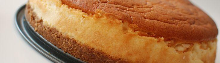 <p>Voor de verjaardag van de mister maakt ik op zijn verzoek een cheesecake. Het werd een behoorlijk flinke taart die volgens hem heerlijk smaakte. Aangezien ik alleen cheesecake een beetje eentonig vond maakte ik er nog een aardbeiencompôte bij. Het recept is gebaseerd op het …</p>