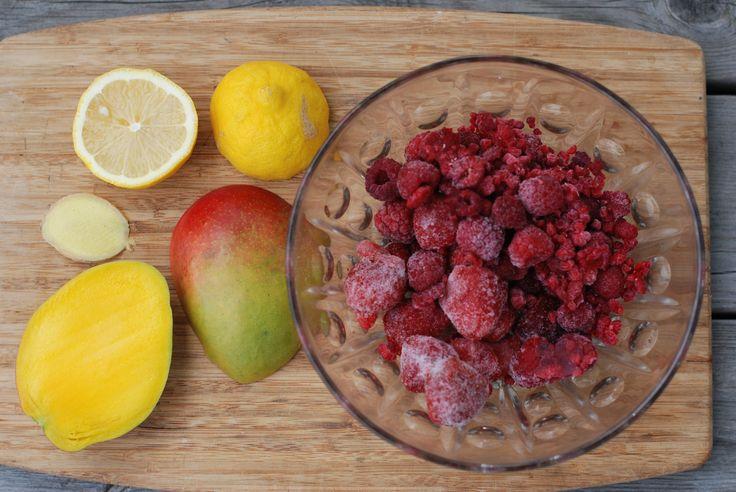 Browniekake med mango/jordbær saus