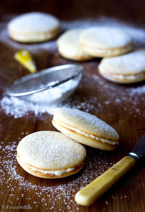 Muffien ideana on tehdä muffinssitaikinasta pikkuleipiä ja laittaa väliin ohut kerros täytettä. Minttumuffiohjeen saaman myönteisen palautteen innoittamana tein hieman vastaavanlaisia muffeja sitruunasta. Taikina: 1 sitruunan kuoriraaste 1 dl sitruunamehua (1-2 sitruunaa) 100 g voita tai margariinia 3 munaa 2 dl sokeria 4 ½ dl vehnäjauhoja 2 tl leivinjauhetta 2 tl vaniljasokeria Täyte: n. 300 g […]