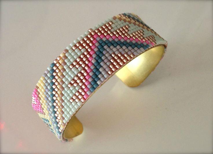 Hello, Ca faisait déjà un petit moment que je louchais sur les métiers à tisser les perles. Avec la folie des bracelets...