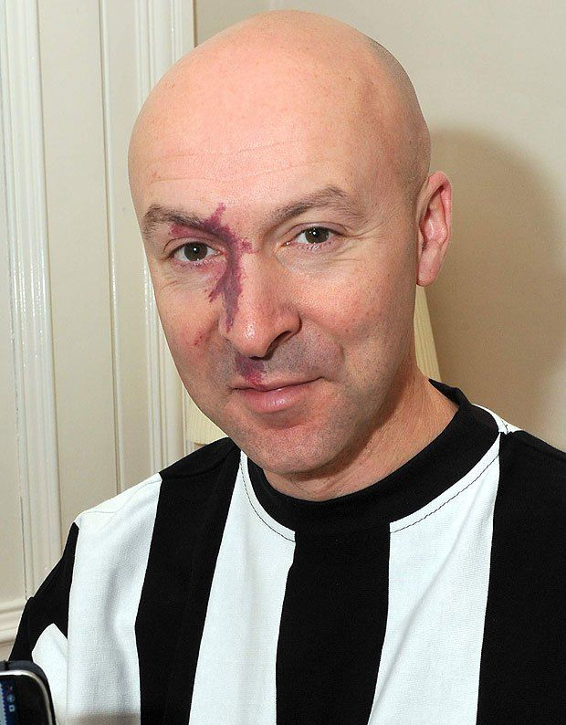 SCOTTISH SUN APPS AUTHOR CHRISTOPHER BROOKMYRE WITH SUN APP AND ST MIRREN RETRO SHIRT