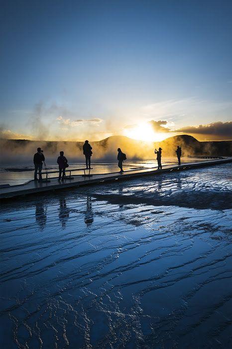 グランド・プリズマティック・スプリングに日が沈む…。