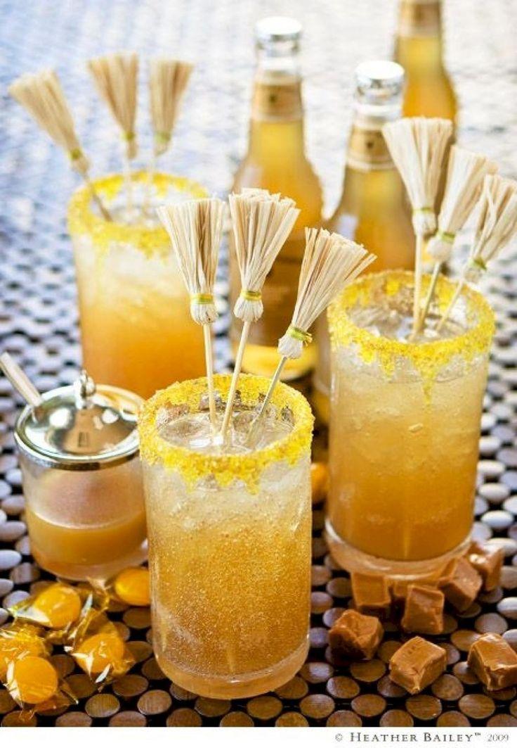 14 Façons HALLUCINANTES de décorer les drinks pour un Party d'Halloween!  Fabriquez des mini balais avec des pics à brochette en bois et des feuilles de maïs séchées.