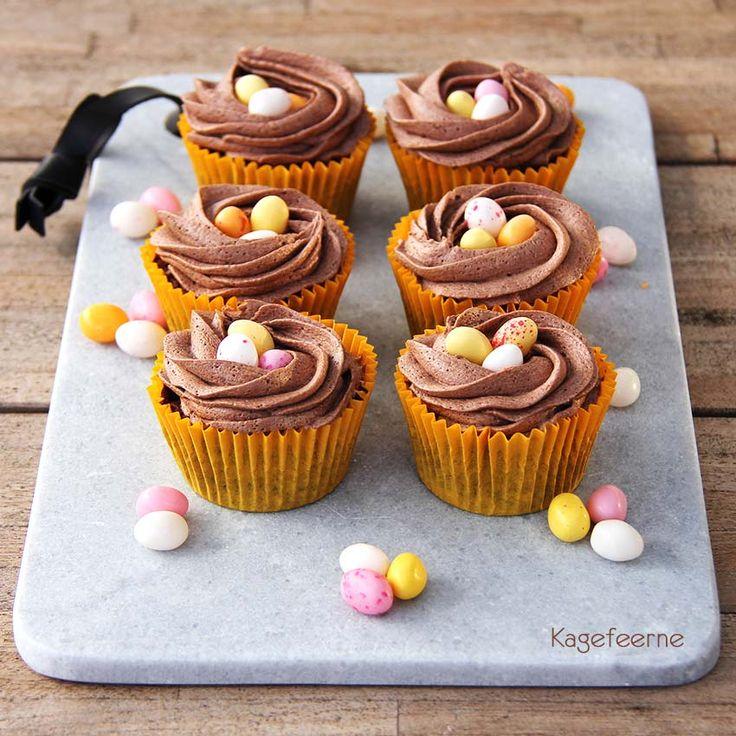 Lækre fløjlsbløde Påske chokolade cupcakes, med chokolade smørcreme formet som fuglereder, pyntet med spiselige påskeæg.