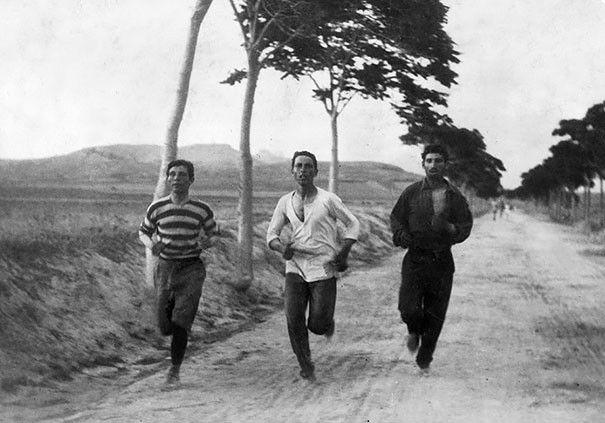Maratonští běžci na prvních moderních olympijských hrách (1896)