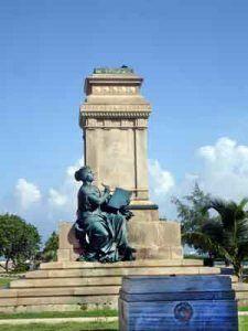 De la tristemente célebre figura del presidente que abriera la época neocolonial en la Isla, de la que solo queda visible un fragmento de sus pies. El pueblo la derribó por su evidente simpatía al imperio que, con la imposición de una Enmienda Platt, cercenaba la independencia de Cuba.
