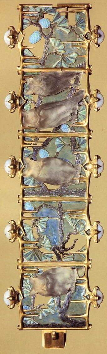 Lalique 1900-01 signed 'Owls' Bracelet: glass/ gold/ enamel/ chalcedony. Unique piece. Purchased from the artist in 1902. Calouste Gulbenkian Museum