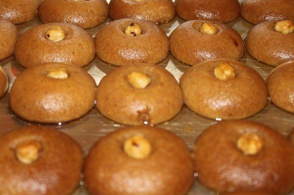 Şekerpare Osmanlı'dan günümüze Türk Mutfağının en beğenilen tatlılarından biridir. Bu tarifimizde şerbetli tatlıların en beğenilenlerinden resimli şekerpare tarifipaylaşacağız sizinle. Tarife geçmeden önce şekerpareden biraz bahsetmek istiyorum. Kimi yörelerde şerbetli kurabiye olarak anılan şekerpare bir saray tatlısıdır. Nice Osmanlı Sofralarına konuk olan Şekerpare günümüzde de Türk Tatlı Dünyasının vazgeçilmezleri arasındadır. Gelelim şekerpare tarifine. Aslında tariflerçok çeşitli.
