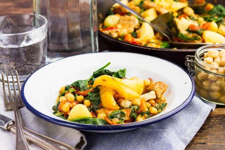 Recept voor mediterrane kikkererwten & spinazie voor 4 personen. Met zout, water, olijfolie, peper, kikkererwten, spinazie, aardappelen kruimig, speklap, knoflook, ui, laurierblad , paprikapoeder en tomaat
