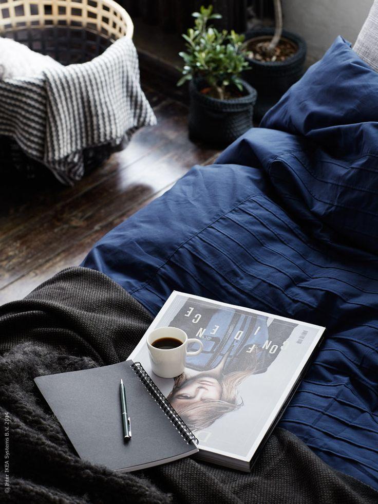 Påslakanset ALVINE STRÅ, svart pläd HENRIKA, DIY-målad GADDIS förvaringskorg, stickad pläd ORMHASSEL. NORDRANA korg set fungerar som ytterkrukor. Espressokopp STOCKHOLM och anteckningsbok VÄLBEKANT. Stylist: Pella Hedeby Fotograf: Kristofer Johnsson