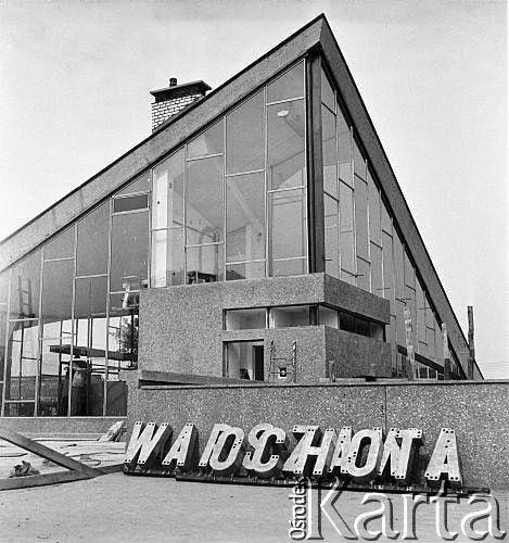 30.08.1968, Warszawa, Polska. Przeszklony budynek dworca kolejowego Warszawa Ochota. Na pierwszym planie widoczny jest napis: 'Warszawa Ochota'.