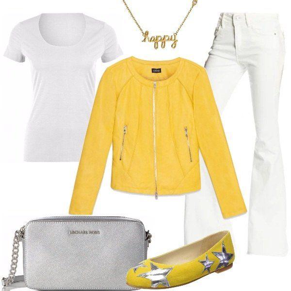 Outfit per tutti i giorni o per serate casual: jeans a zampa bianchi, T-shirt bianca modello girocollo, elasticizzata, giacca in ecopelle gialla, ballerine in camoscio gialle con applicazioni di stelle argento, tracolla di pelle argento e girocollo placcato in oro.