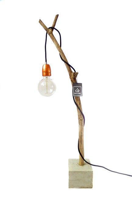 Tak - Een hele gave tafellamp! De lamp is gemaakt van een tak met een betonnen voet en daarin een stoer lampensnoer met een koperkleurige porseleinen fitting (excl. gloeilamp) Hoogte ca 80 cm Voet ca 12 cm breed/ ca 10 cm hoog De vorm van de takken zijn wat verschillend omdat het een natuurproduct is.