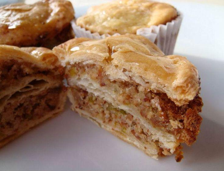 """Baklava Muffin - Serap Kılınç #yemekmutfak """"En Güzel Muffinler"""" kitabında yok yok! İşte dünya muffinleri bölümünden karşınızda baklava muffin. Bu ilginç muffinde un yok, yağ da yok gül suyu var, bal var, fındık badem var, biraz da milföy. Son derece şık bir sunumu var. Yerken milföyün çıtırlığı baklavayı aratmıyor. Ayrıca fazla tatlı olmadığı için rahatlıkla birkaç tane yenebiliyor. Biraz değişik ve şekeri az olan bir baklava muffin ikram etmeye ne dersiniz?"""
