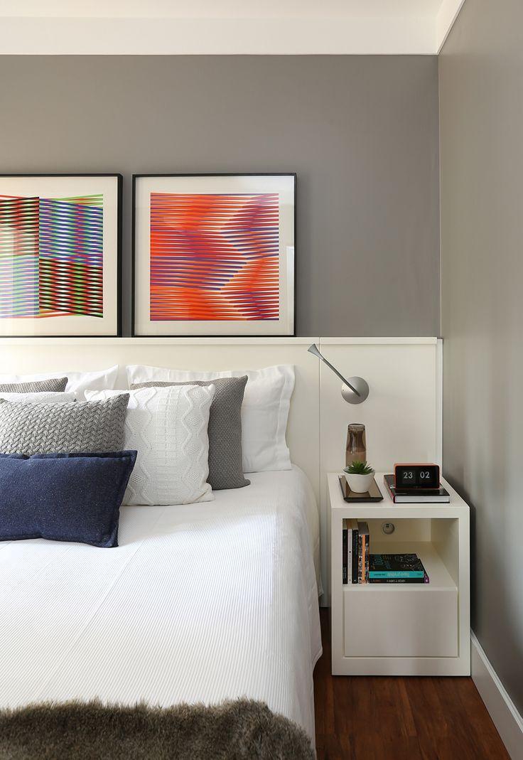 Quarto elegante e cool, em tons de cinza e branco e pitadas de cor nas almofadas e quadros. Arquitetas Carolina Sassi e Julia Barros, sócias do escritório Now Arquiteutra.