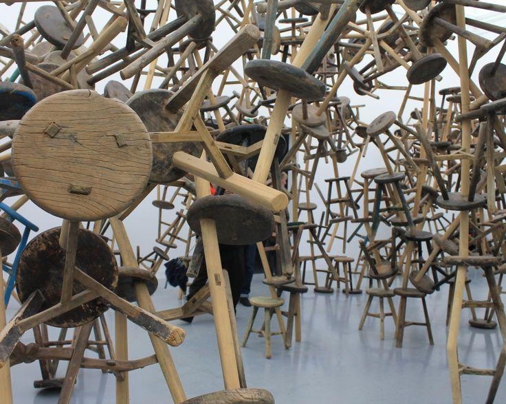 Padiglione della Germania Opera dell'artista cinese Ai Weiwei,  Bang - 2010-2013, 886 antichi sgabelli in legno a tre gambe,  i Weiwei ha assemblato 886 sgabelli di legno a tre gambe che, nella Cina di oggi, è considerato un pezzo d'antiquariato. Prodotto sempre con lo stesso metodo artigianale, è stato in uso in Cina per secoli in tutti gli strati della società.