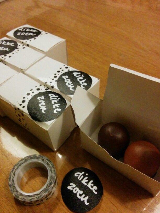 Afscheid traktatie crèche gemaakt. Met een 'dikke zoen'. Schuimzoenen in een doosje. Leuke tape en sticker. DIY © me