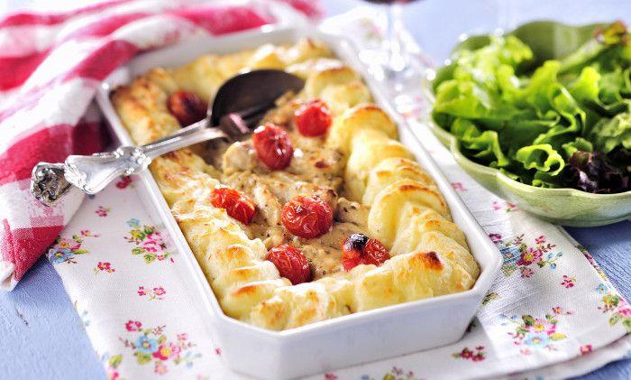 En nyttig och krämig gratäng med kyckling och potatismos. Servera med en krispig grönsallad.