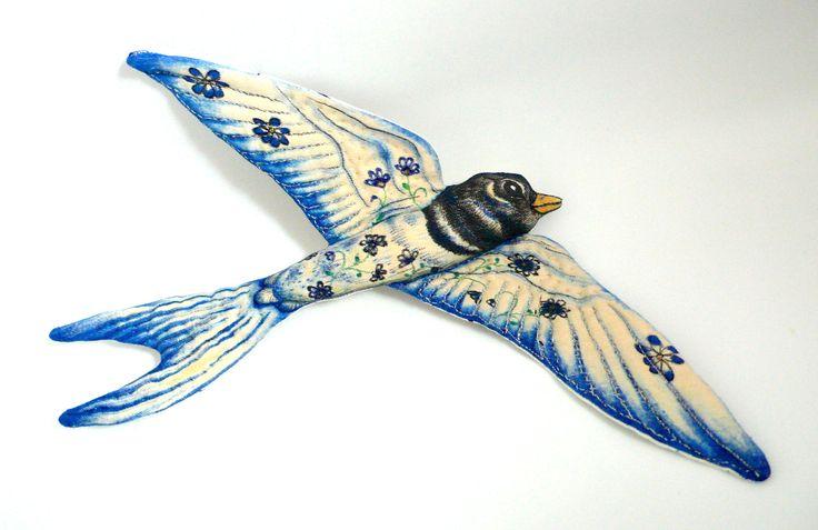 Hirondelle en tissu, Déco textile, peint et dessiné à la main - Un radis m'a dit - boutique : https://www.alittlemarket.com/boutique/un_radis_m_a_dit-815807.html
