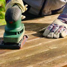 Mit unseren Tipps können Sie Ihren Holztisch ganz leicht aufarbeiten. Wir zeigen Ihnen, was Sie dazu brauchen und wie das Abschleifen funktioniert.