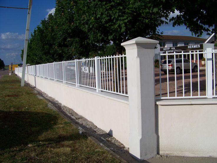 Pilier de portail et clôture lisse et chanfreiné 33 cm, pilier d'entrée en béton préfabriqué (pierre reconstituée) monobloc, gamme Décoration, avec chapeau pointe de diamant.