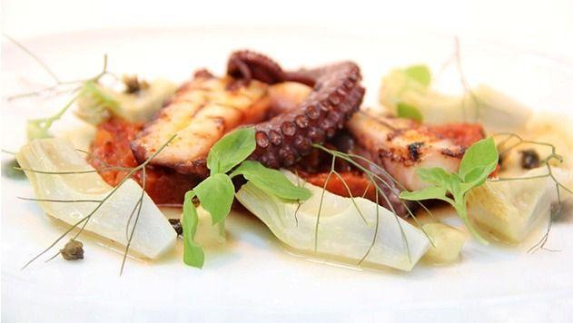 Γαστρονομία - http://www.ilia-mare.gr/restaurant/gastronomiaΦαντασία, παράδοση, μεράκι και οι πιο φρέσκες, αγνές πρώτες ύλες χαρακτηρίζουν κάθε γεύση του Φάρου. Μαγειρευτά της μαμάς, όπως γεμιστά με τραχανά, κόκκορας με χειροποίητες χυλοπίτες, ολόφρεσκα ψάρια και θαλασσινά, από το Αι�