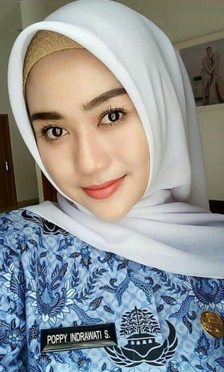 wanita cantik dengan baju korpri kecantikan wanita