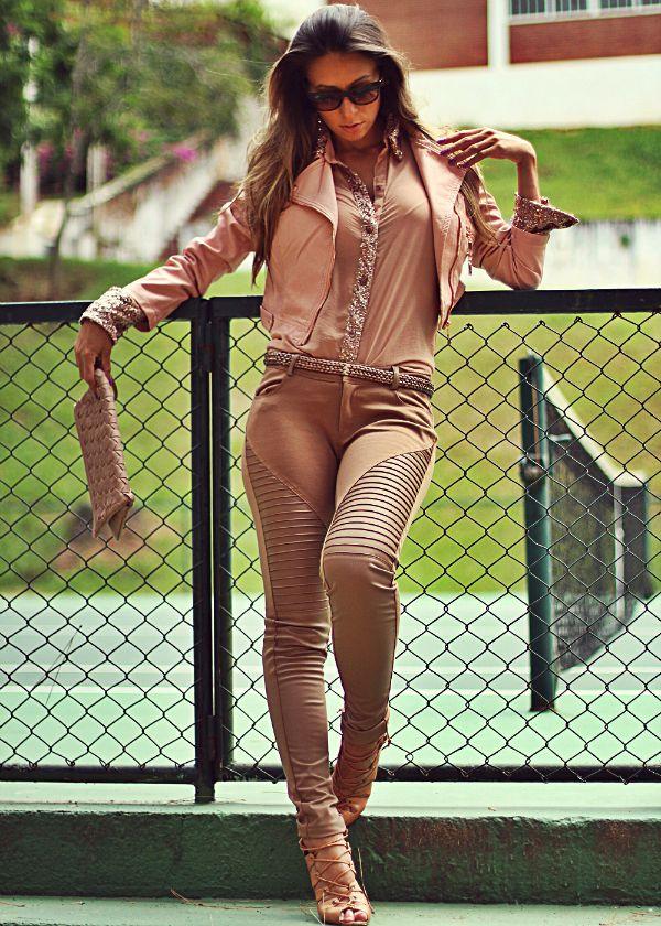 looks de inverno com calça montaria, camisa feminina e jaqueta de couro