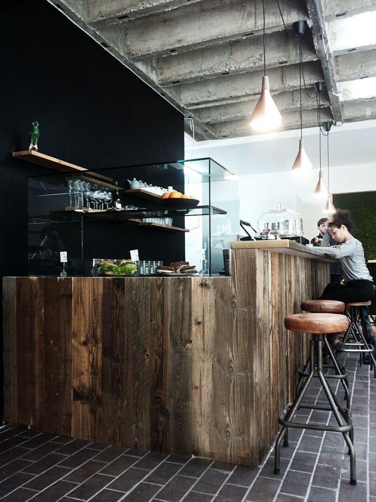 Café St.Agnes in Berlin Kreuzberg Tresen aus Altholz und Messing